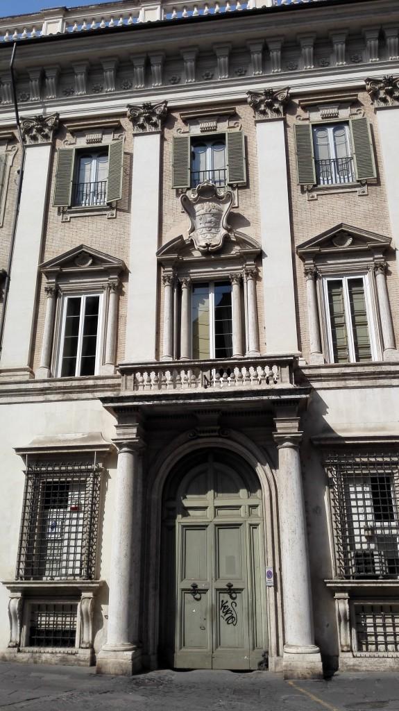 glavni ulaz u palatu Odeskalki sa porodičnim grbom